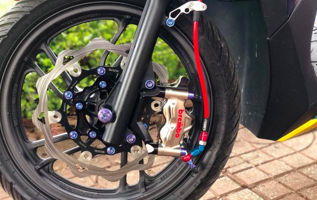 Đĩa Galfer KTM và dây dẫn dầu thương hiệu Earl's cũng được trang bị trên chiếc Vario độ này