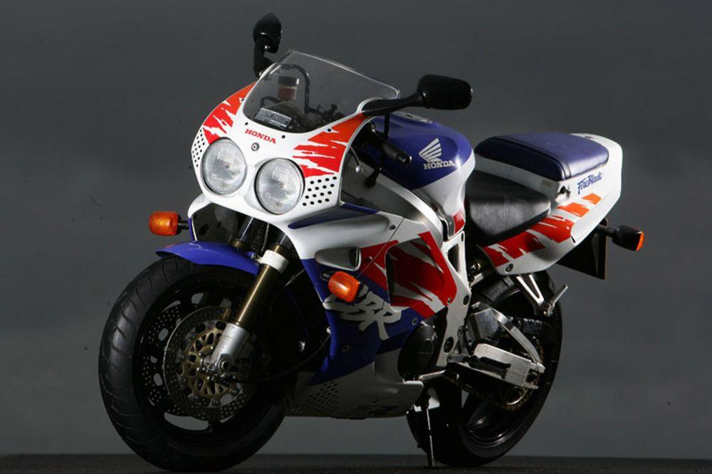 CBR900RR - Siêu mô tô nhẹ nhất trong lịch sử Honda